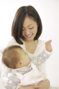 赤ちゃんを抱いたママ